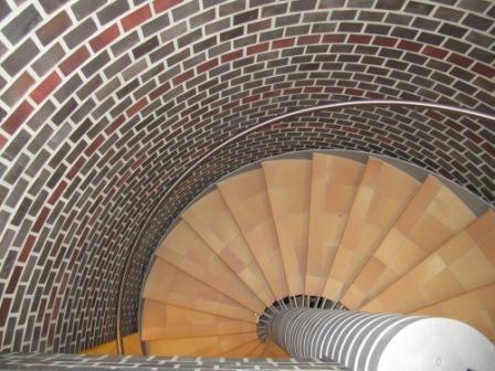 Стена из облицовочного кирпича и лестница с клинкерными ступенями
